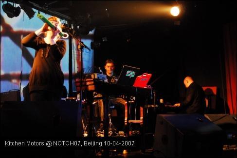 718究竟负责哪部分?我猜测是大块声色、突出声效的电音部分,一点点噪音,都被融化在整体的美妙音乐之中。Punkt则是做背景氛围的成功人选,及其细腻的电音听起来儒软无比,就连舞曲的节奏都是文雅而美丽的。本届北欧音乐节真的是浪费了Punkt!没在NOTCH Ensemble里施展到live mix的威力,应该再单独立个solo单元给他俩的。挪威随行VJ Tord Knudsen的图像大部分时候都很美,但交替的各部分显得有些乱。