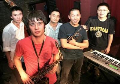 红手爵士乐队:(左起)大淮/鼓、高太行/中音萨克斯、小豆/鼓、文智涌/小号、夏佳/键盘