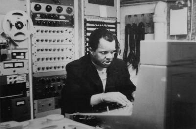 Berry Gordy在录音室中