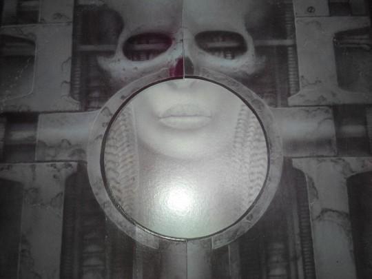 ELP《Brain Salad Surgery》的初版黑胶,封面颇有玄机,左右两扇门