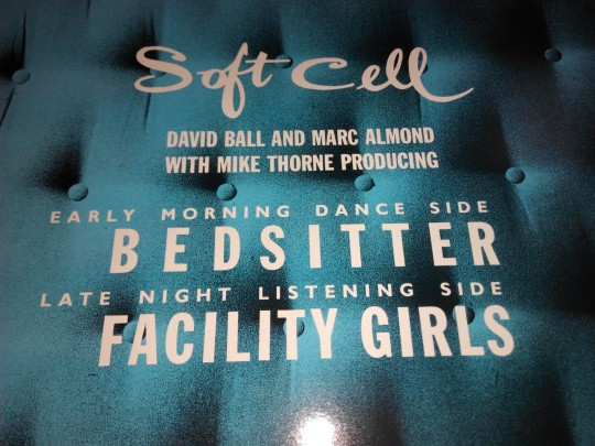 """Soft Cell《Bedsitter》的一面叫""""Early morning dance side"""",另一面叫""""late night listening side"""""""