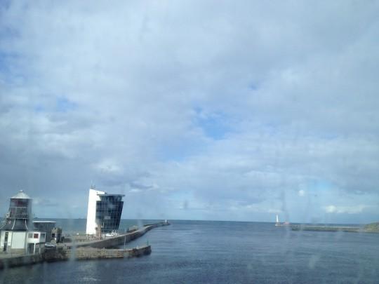 驶出Aberdeen港口,左一建筑是原先的控制室,左二建筑是新世纪以来使用的新控制中心。