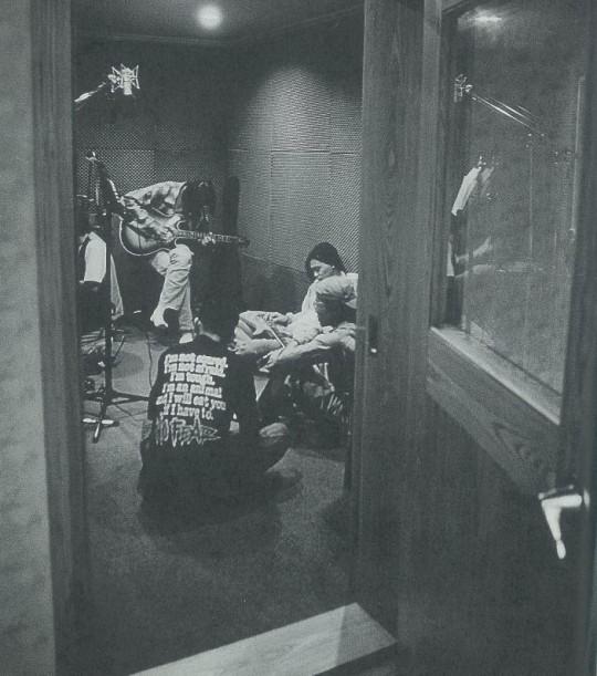 录制《娱乐世界》,林强正在弹吉他