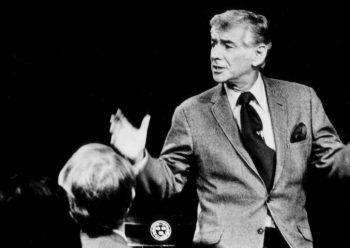 """音乐家伯恩斯坦于1973年也主讲了诺顿讲座,主题为""""未作回答的问题""""。按照惯例,讲座分为六期进行,通过语言和音乐的类比,来探讨西方调性音乐在二十世纪的发展出路。"""