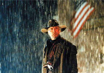 一部世纪末的西部片经典于是诞生。这无疑带有某种隐喻性:二十世纪头十年有西部片(算是当时的时装剧)打下商业电影的基础,最后十年起码也还有几部叫得出来的西部片精品作为结束,也算给电影下了某种体面的阶段性总结。